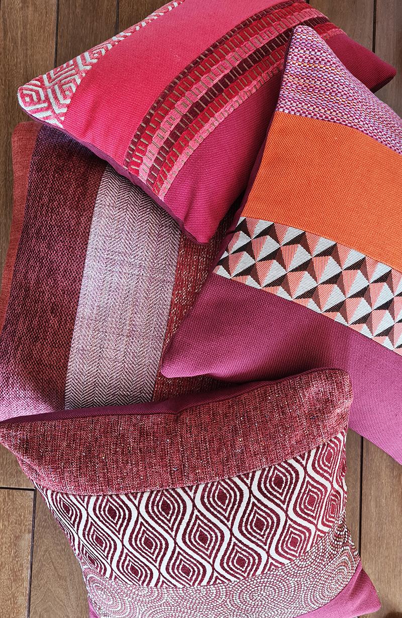 Coussin bordeaux motif géométrique pour salon