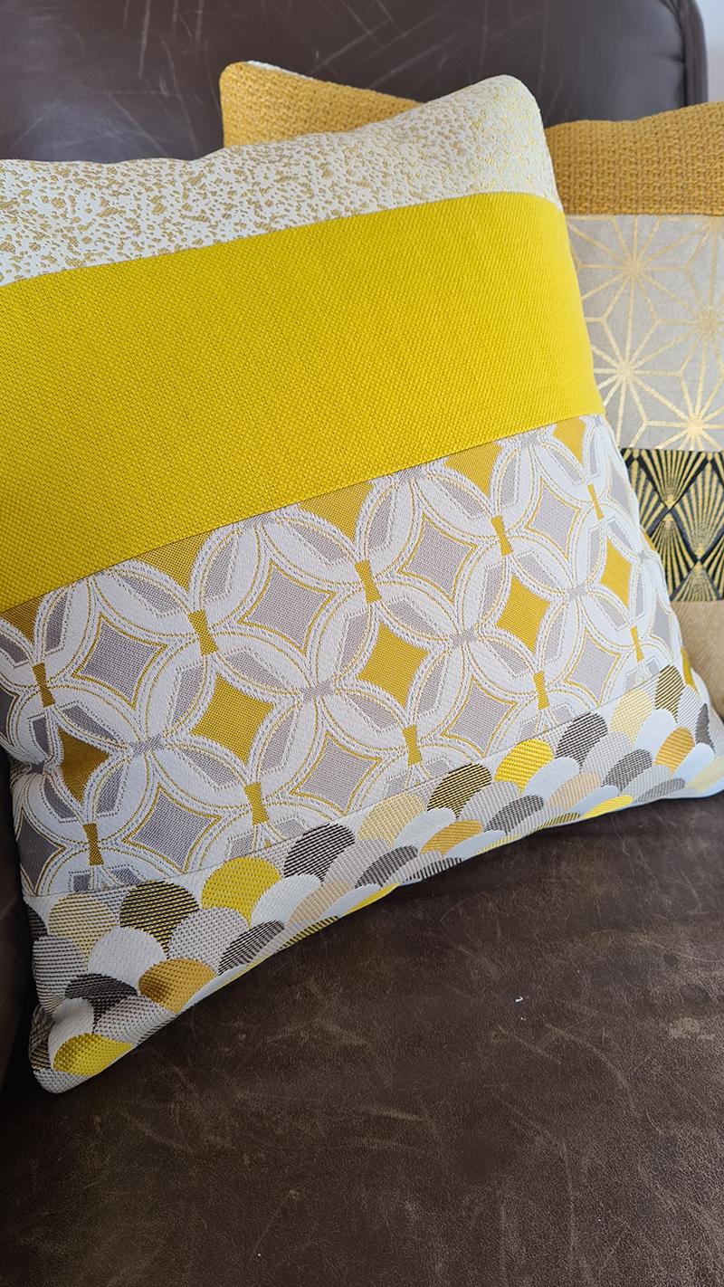 Coussin jaune vif à motifs