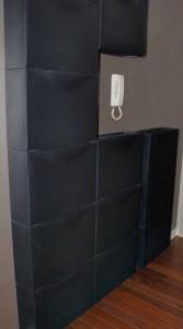 Les rangements Trones d'Ikea en version noire sur mur foncé s'adaptent aux éléments indéplaçables...