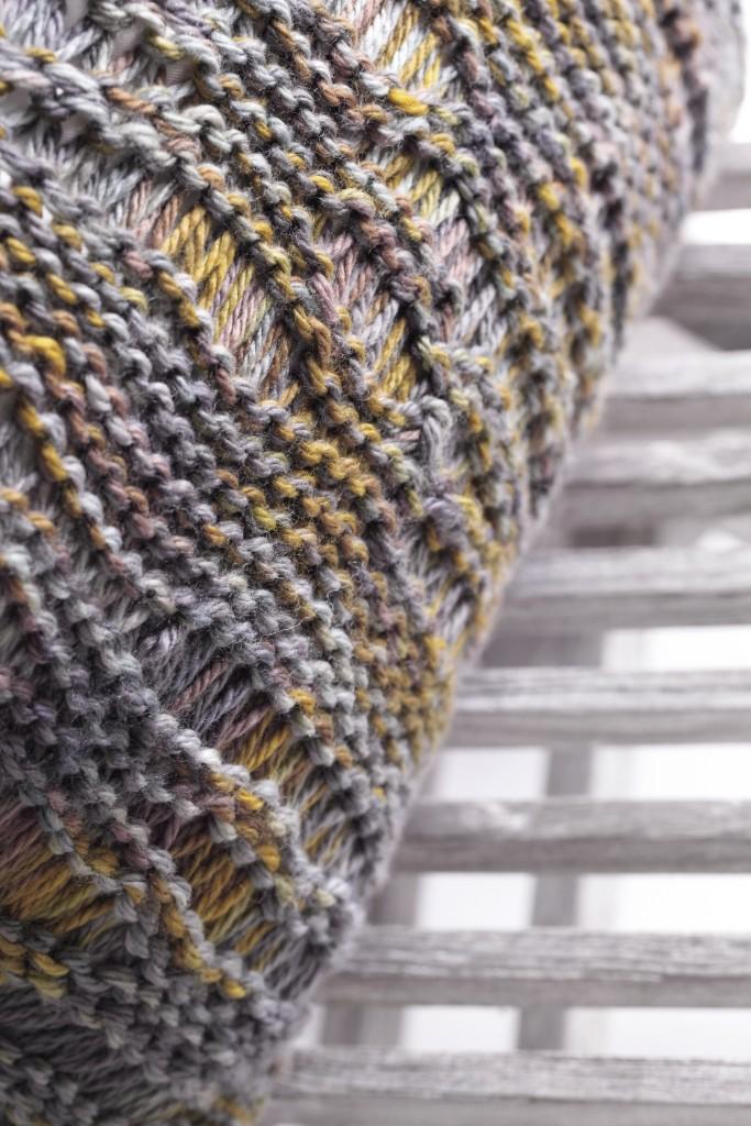 """Détail d'une laine tricotée main pour le coussin """"TOUNDRA"""""""