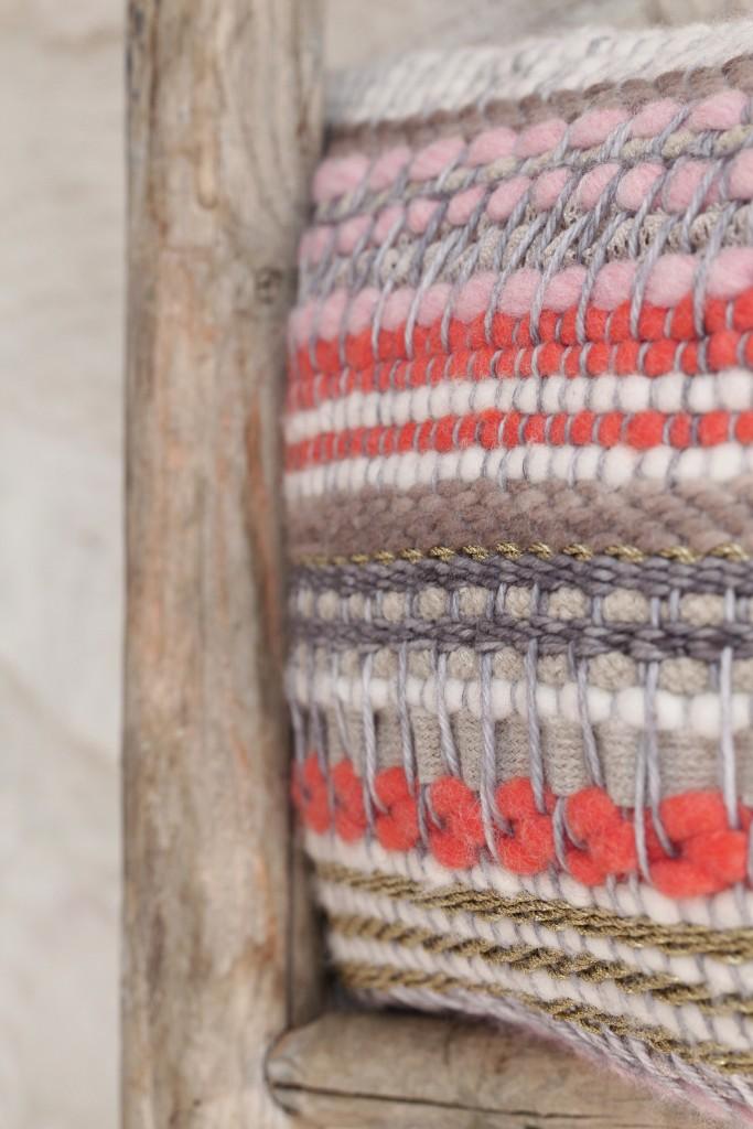 """Détail du tissage réalisé à la main pour le coussin """"PRAGUE"""" de notre collection"""
