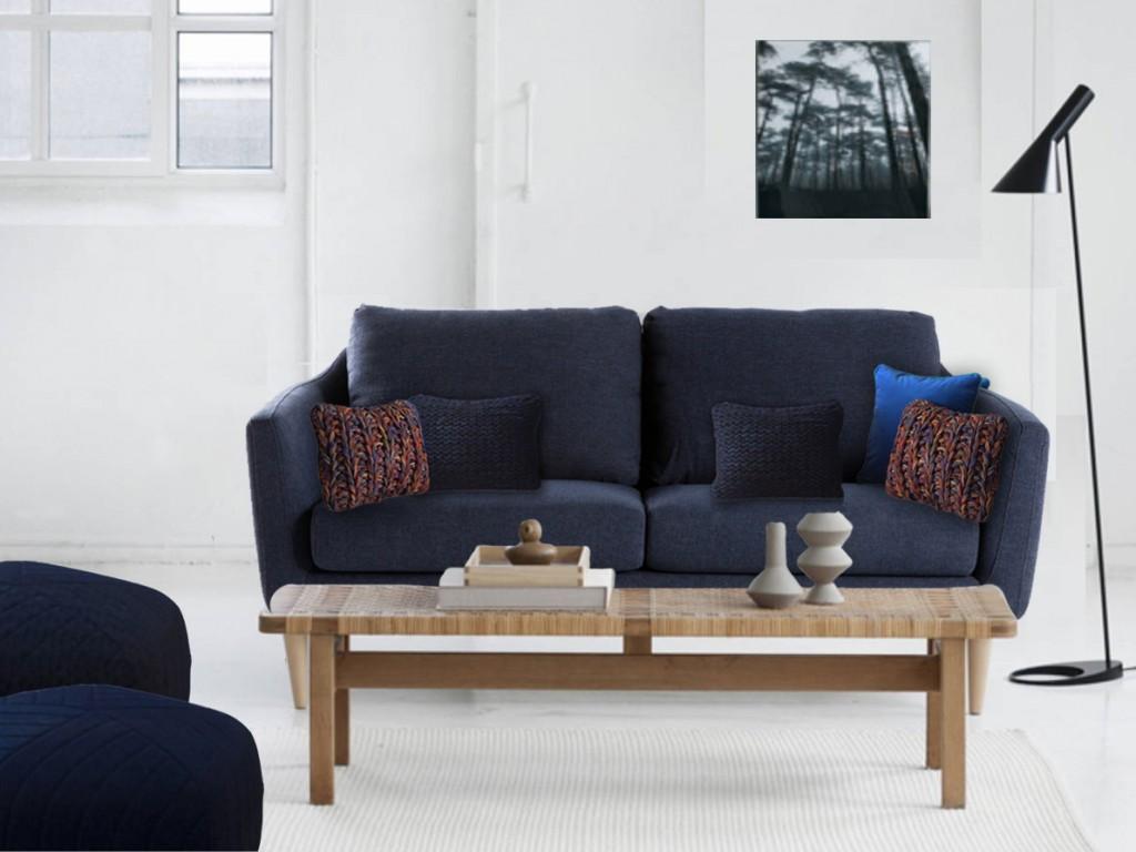 Deux exemplaires de nos coussins en tricot faits main RAINBOW et PORTLAND disposés de chaque côté du canapé et un coussin en velours bleu CALANQUES placé à une extrémité