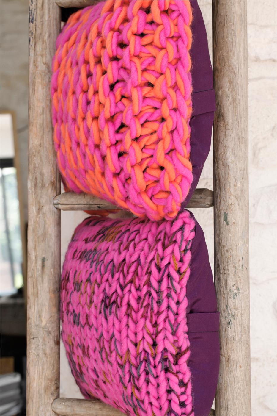 Nos coussins BONBON et FRAMBOISE en tricot de grosse laine tendance hygge (Photo Céline Serein)