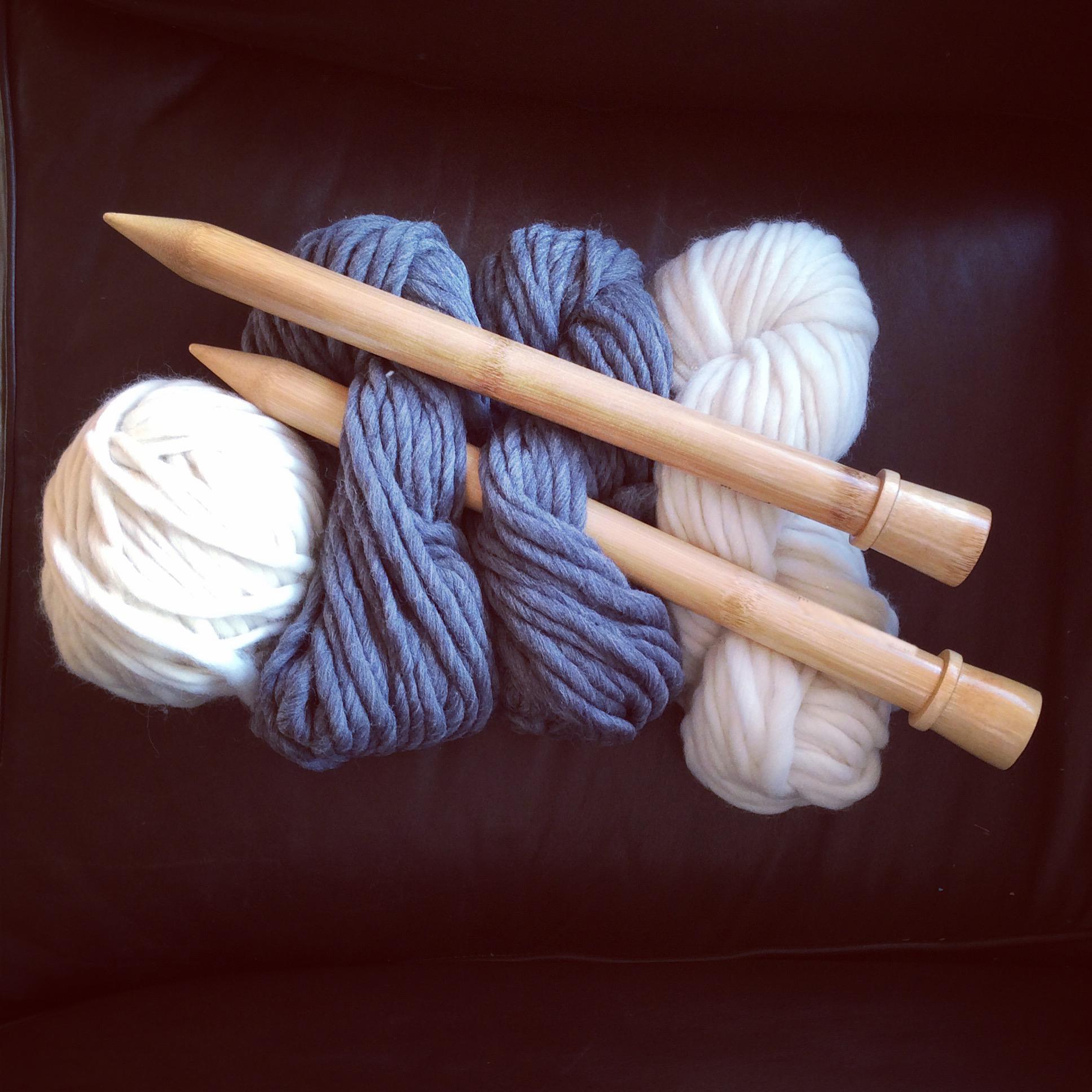 La laine du Pérou 100% mérinos et les aiguilles en bois que nous utilisons pour le tricot à la main de nos coussins tendance Hygge (Photo @maison.du.coussin)