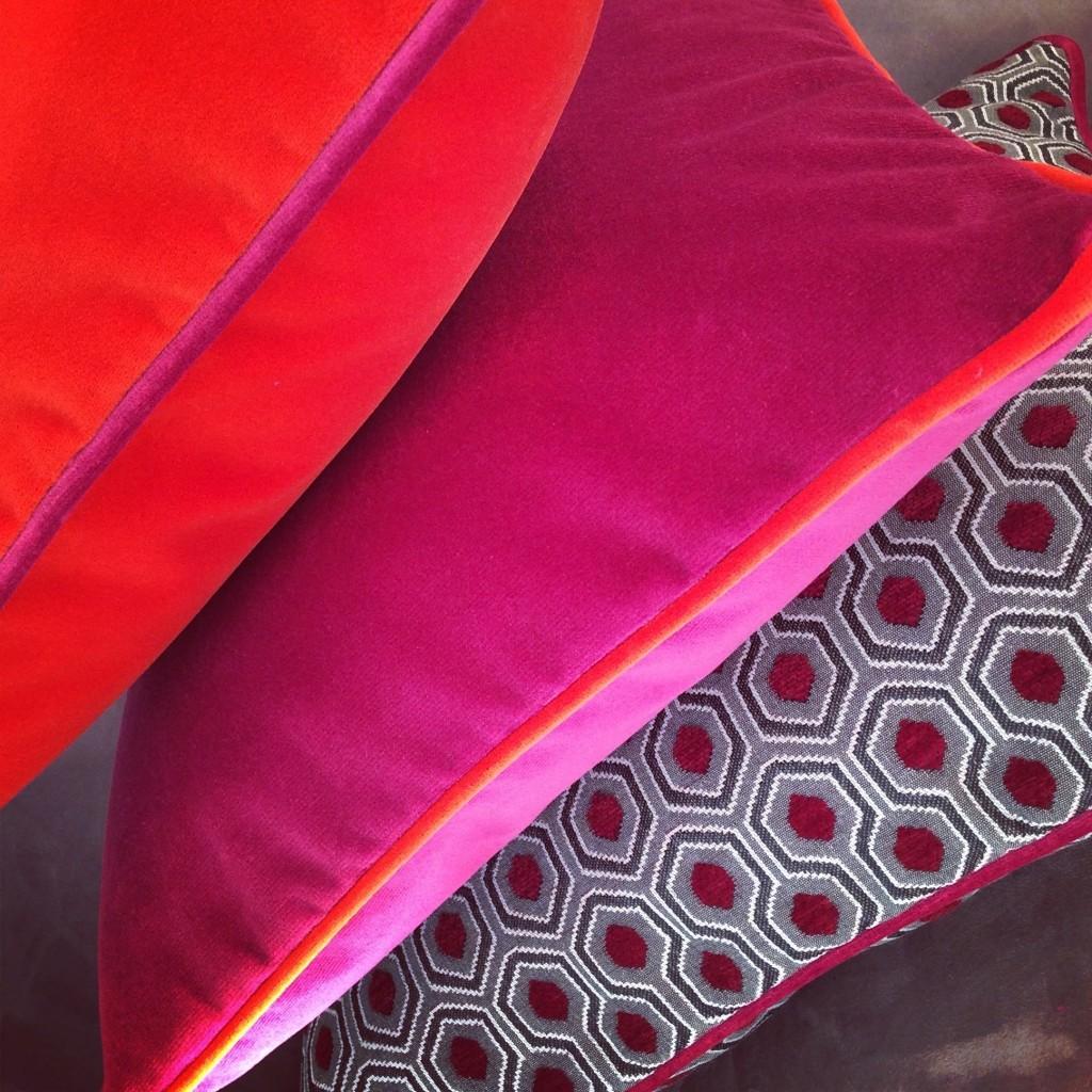 Coussin original design en velours fuchsia