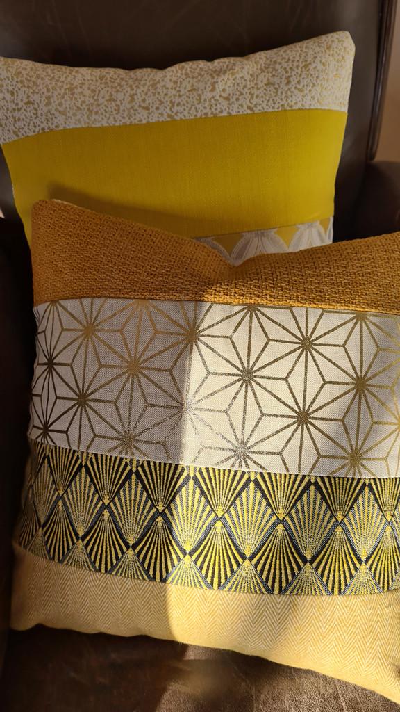 coussin jaune imprime pour canapé gris