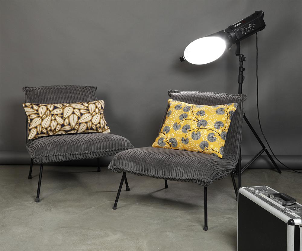 coussins jaunes et bleu marine sur canapé gris