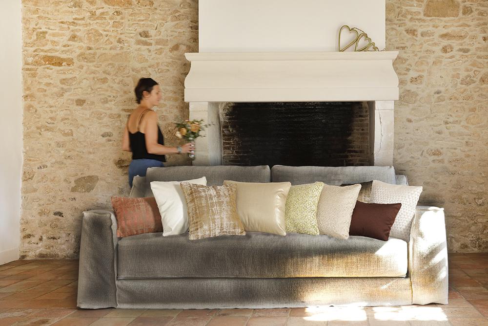 Coussins luxe sur canapé gris