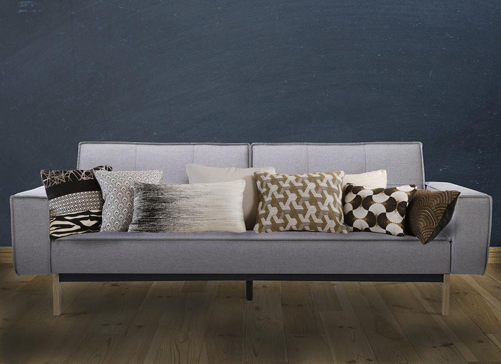 coussins noirs et blancs sur canapé gris