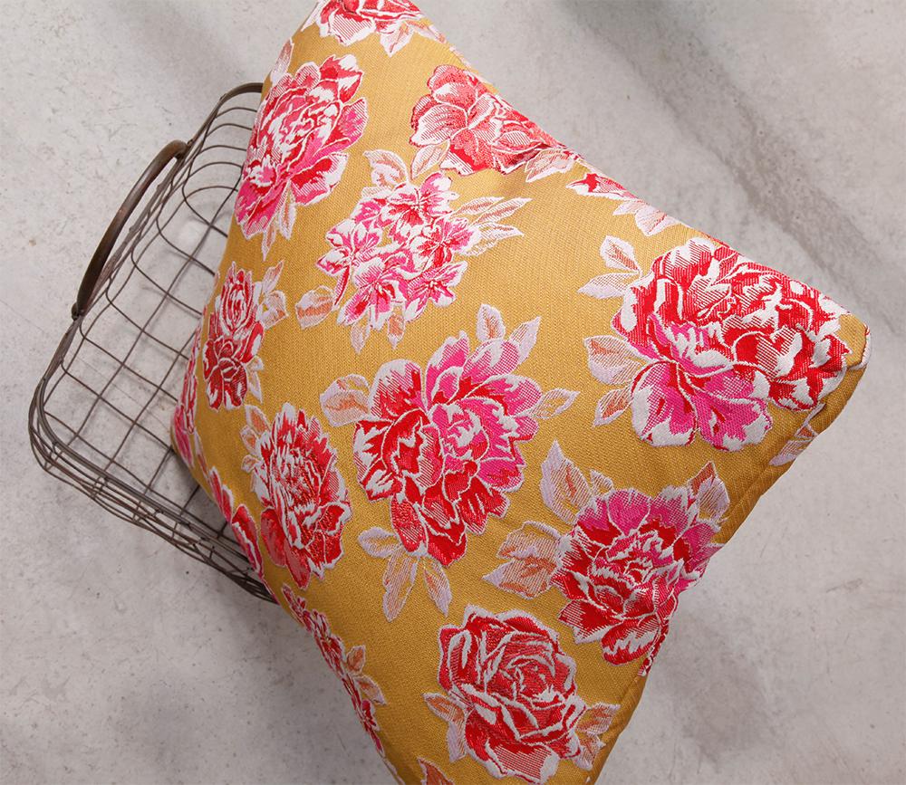 gros coussin jaune et rose rectangulaire 50x40 pour canapé gris