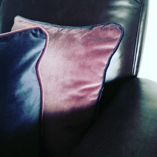 coussin original design en velours violet