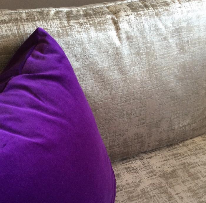 Coussins gris et violet sur mesure pour canapé