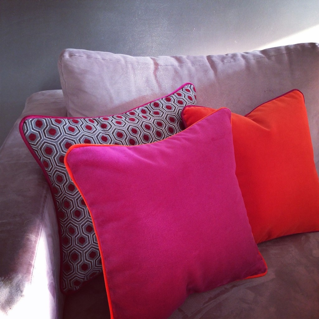 Coussin velours orange et coussin velours fuchsia et coussin velours rouge