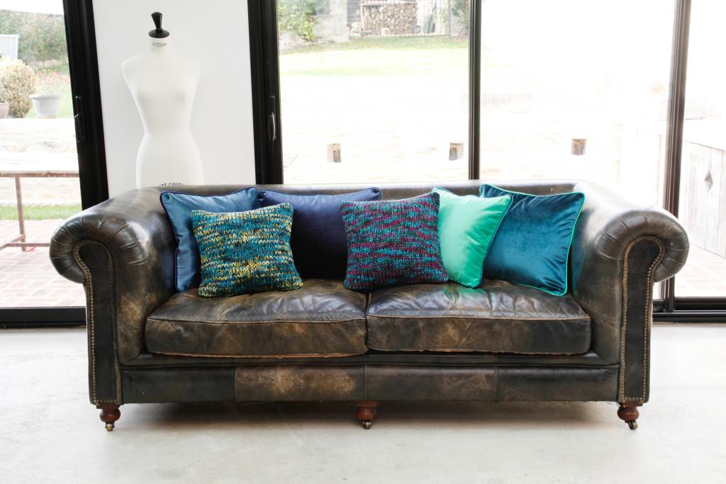 1 canapé, des coussins bleus