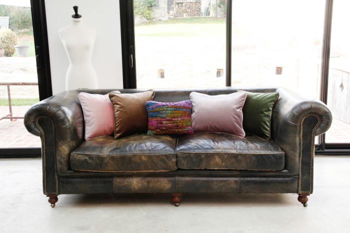 1 canapé, des coussins romantiques