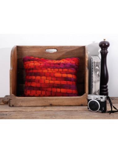Coussin orange et gris en grosse laine tissée