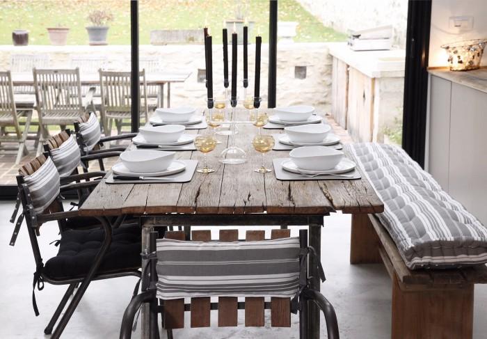 Les coussins de chaises et le coussin tapissier pour le banc réalisés sur mesure par Maison du Coussin (Photo Céline Serein)
