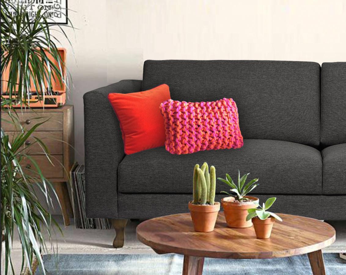 Personnaliser un canapé gris foncé avec des coussins
